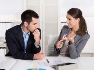 אשה מנהלת משא ומתן