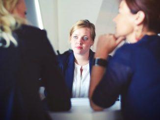 זוג בשיחת ייעוץ אצל עורכת דין פלילית