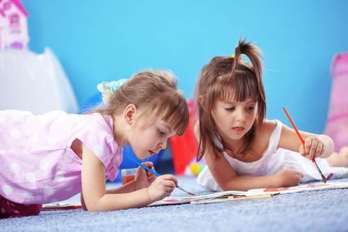 ילדים משחקים במועדונית